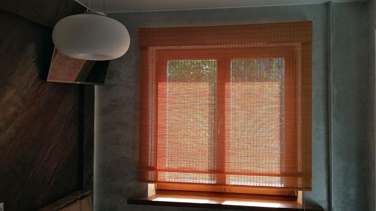 римские шторы из бамбука фото на окне в кухне