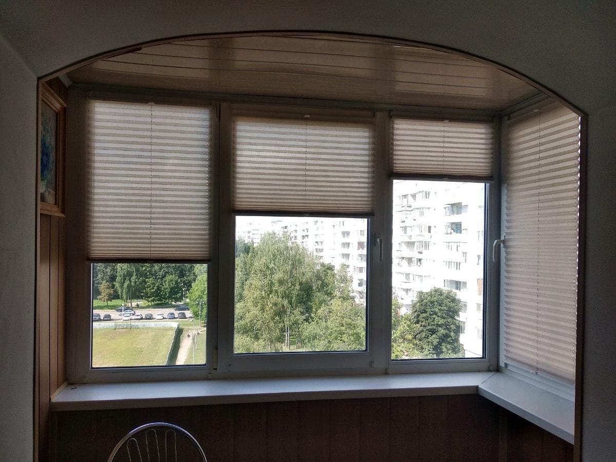 фото шторы плиссе на окнах лоджии