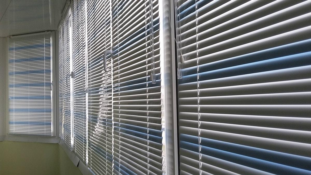 фото горизонтальные жалюзи на балконе
