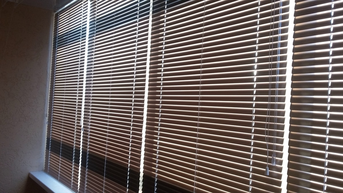 фото горизонтальные жалюзи на лоджии