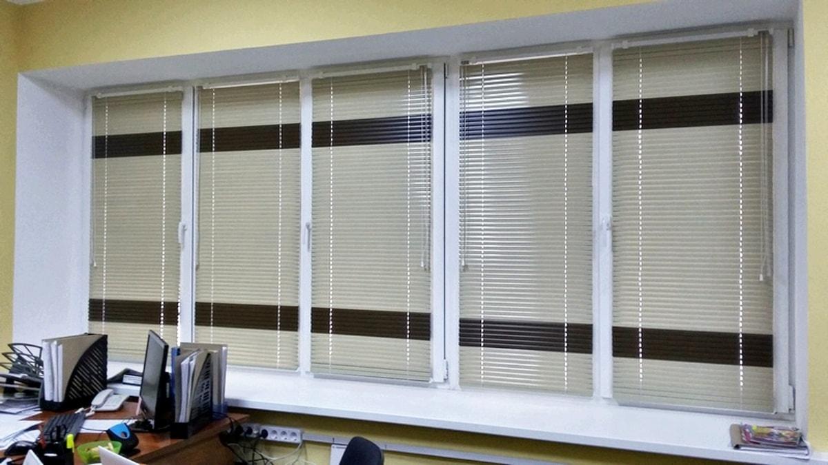 горизонтальные жалюзи в офисе фото