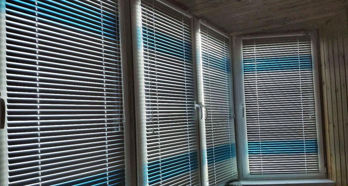 жалюзи алюминиевые на балконе фото
