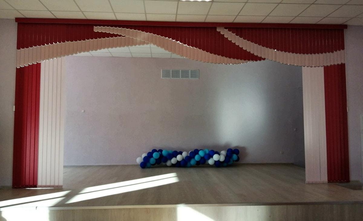 мультифактурные жалюзи в актовом зале школы