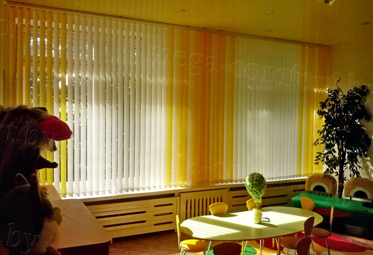 жалюзи вертикальные желтые в детском саду